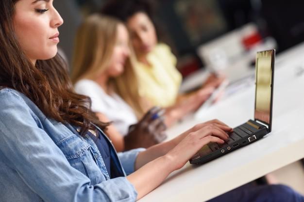 jovem estudando com laptop na mesa branca 1139 990